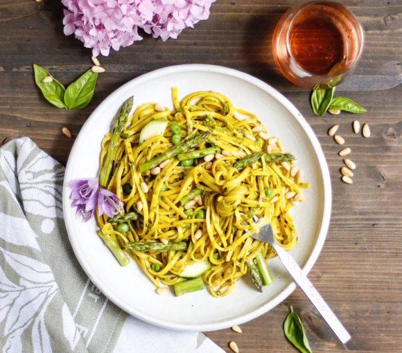 turmeric pesto pasta, pesto pasta, turmeric pasta, pasta primavera, turmeric pesto pasta primavera, vegan pasta primarvera